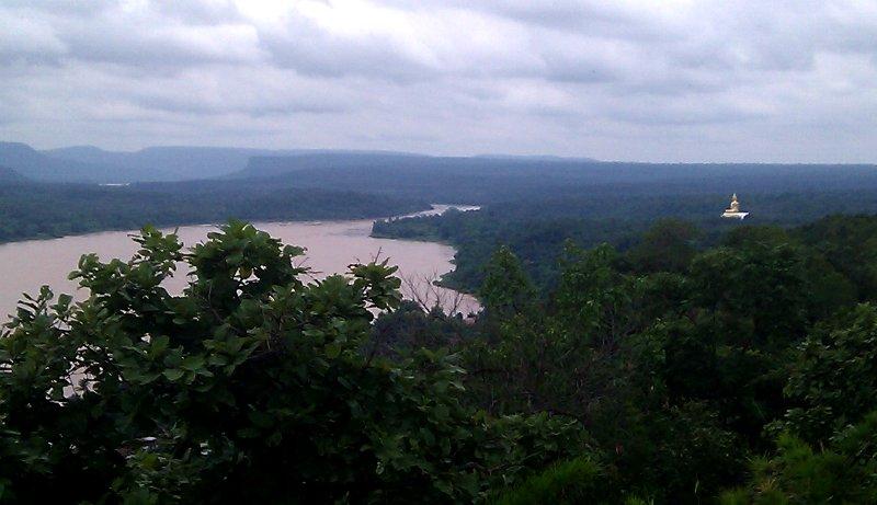הנוף מהשמורה שבה נמצא המנזר, על גדת המקונג