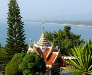 מנזר שצופה אל מפרץ תאילנד בפרצ'ואב קירי קאן. לראות את השקט