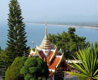 מנזר צופה אל מפרץ תאילנד בפרצ'ואב קירי קאן