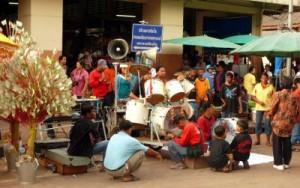 מסיבת רחוב בשוק שמחוץ לתחנת הרכבת בפיטסאנולוק. נוט סיים שדה התעופה