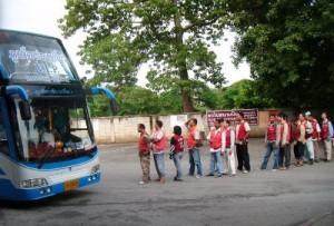נהגי טוקטוקים מחכים בתור לנוסעי האוטובוס בתחנה המרכזית של פוקט