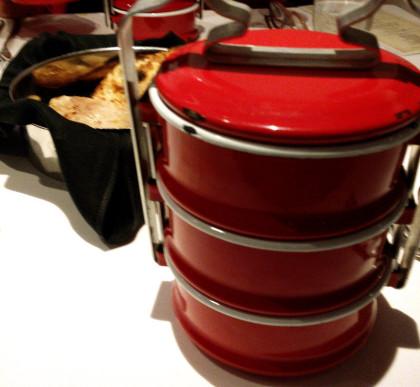 כלי של פועלים עם קארי עוף, נאן ואורז בסמטי